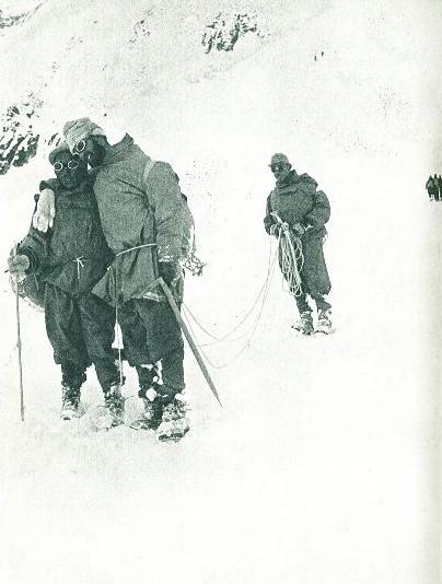 1950년 6월 설맹에 걸린 리오넬 테레이를 셰르파들이 부축하며 안나푸르나에서 하산시키고 있다. [중앙포토]