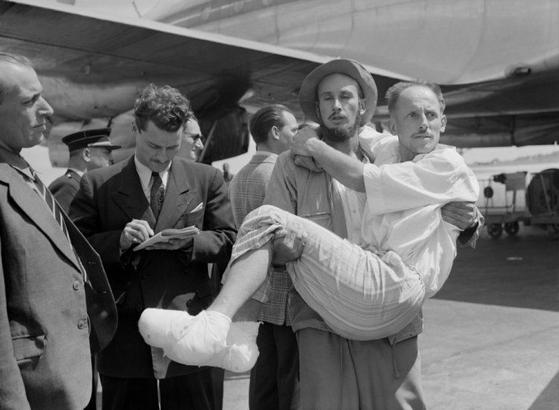 1950년 6월 안나푸르나 정상에 오른 뒤 40여 일이 지나서야 프랑스로 돌아온 루이 라슈날. 그는 동상으로 모든 발가락을 잃었다. [중앙포토]