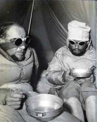 1950년 안나푸르나 등정 중 텐트 안에서 휴식을 취하고 있는 루이 라슈날(왼쪽)과 리오넬 테레이. [중앙포토]