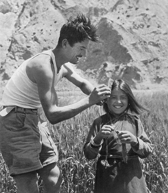 1950년 프랑스의 히말라야 원정대장인 모리스 에르조그가 네팔에서 현지 소녀의 머리를 빗겨주고 있다. [중앙포토]