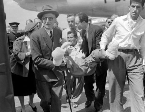 1950년 6월 3일 안나푸르나 정상에 오른 뒤 7월 17일에야 프랑스로 귀국한 모리스 에르조그. 그는 동상으로 모든 손가락과 발가락을 잃었다. [중앙포토]