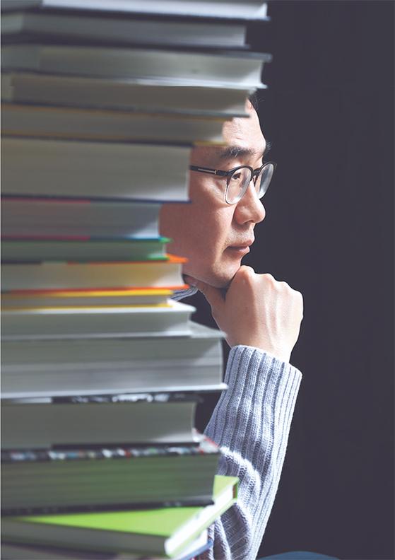 """'명절 때 기분이 좋아진다는 사람을 못봤다""""는 김영민 교수는 '명절은 각자의 방식대로 즐기는 것이 좋다. 만화를 보고 플랭크나 스쿼트를 하며 체력을 보강하기를 권한다""""고 했다. [김경빈 기자]"""