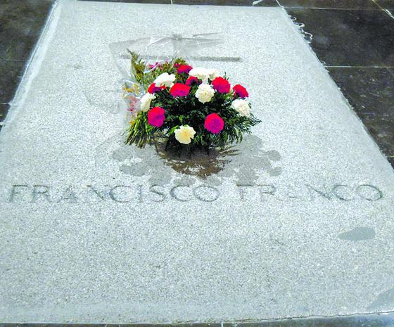그 아래 거대한 지하 성당 내 프랑코 묘지.