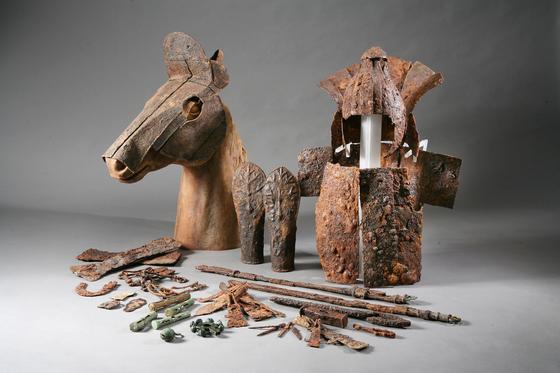 부산 복천동 고분군에서 발굴된 김해 금관가야의 철기 유물들. 투구와 갑옷, 말투구 등이 보인다. 말투구는 국내에서 처음 발굴된 것으로 챙과 얼굴, 볼 가리개가 완전히 갖춰진 실전용이다. [사진 복천박물관]