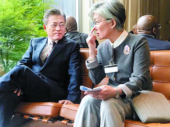 강경화 외교부 장관이 지난해 9월 유엔 본부에서 문재인 대통령과 얘기하고 있다. [사진 청와대]