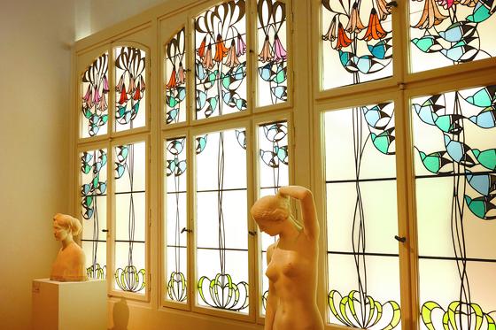 독일 다름슈타트 마틸덴호 미술관 에 있는 아르누보풍의 스테인드글라스. 넝쿨 나뭇잎과 꽃 장식은 '아르누보' 혹은 '유겐트슈틸'의 상징처럼 여겨진다. '모두를 위한 예술'을 가능케 하려는 당시 예술가들의 노력이 숨겨져 있다. [사진 윤광준]