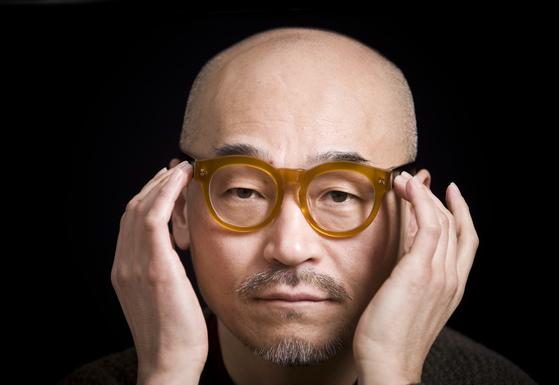 광고인 박웅현 TBWA KOREA 크리에이티브 대표. 강렬한 인상을 풍기는 두꺼운 뿔테 안경을 즐겨 쓰는 것으로 유명하다. [중앙포토]