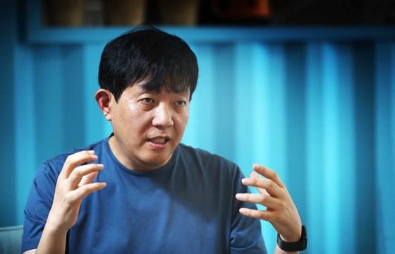10년 만에 경영자로 나선 이재웅 쏘카 대표가 10일 서울 성수동 사무실에서 쏘카의 전략과 미래에 대해 설명하고 있다.
