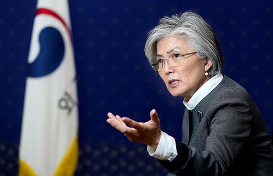 강경화 외교부 장관이 중앙SUNDAY와 인터뷰하고 있다. [신인섭 기자]