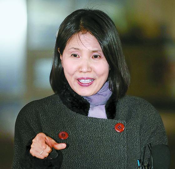 최영미 시인이 15일 서울중앙지법의 판결 직후 기자회견을 하고 있다. [뉴시스]