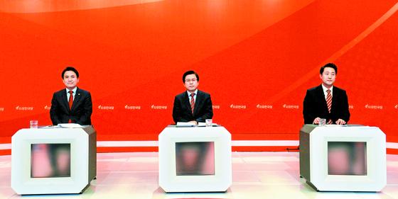 지난 21일 오후 서울 영등포구 KBS에서 생방송으로 진행된 자유한국당 당 대표 후보 TV토론회에서 김진태·황교안·오세훈 후보(왼쪽부터)가 자리에 앉아 토론이 시작되기를 기다리고 있다. [국회사진기자단]