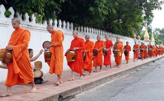 루앙프라방의 상징 탁발 행렬. 승려에게 음식을 공양하는 종교 의식이 매일 새벽 진행된다. 김경빈 기자