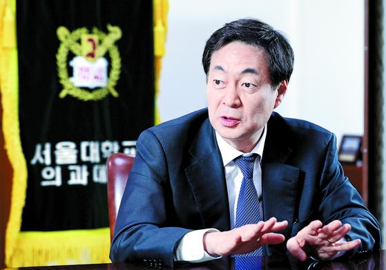 신찬수 학장은 서울의대가 단순한 임상의 교육기관을 넘어 사회적 기구로서 '사회적 소명'을 완수하는 교육으로 나아갈 것이라고 했다. [김경빈 기자]