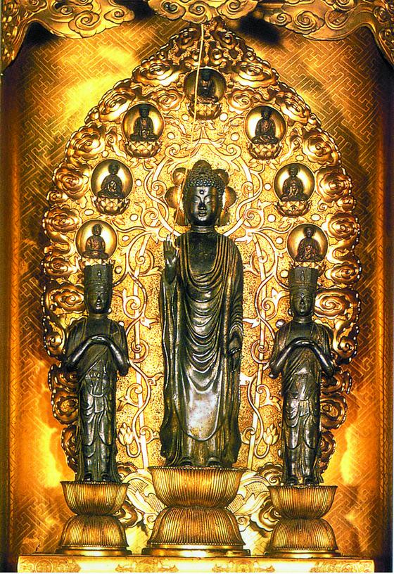 백제 성왕이 왜국 흠명천황에 선물한 아미타삼존불. 불교를 수용하느냐 마느냐 하는 갈등 속에서 한때 강물에 던져지기도 했으나 현재 일본 3대 사찰 중 하나인 나가노의 선광사에 모셔져 있다. 7년에 한번씩 공개하는데, 그때도 지하 수장고에 있는 진품이 아닌 모조품이 전시된다고 한다. [중앙포토]