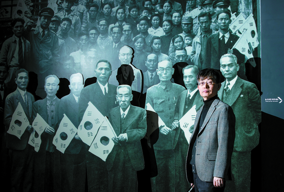 조범래 독립기념관 전시부장이 1945년 11월 3일 중국 충칭(重慶) 임시정부 요인들이 한국에 돌아오기 20일 전 청사 계단에서 기념 촬영한 사진 조형물 앞에 서 있다. 사진 왼쪽에서 네 번째 백범 김구 선생 오른쪽 뒤로 조소앙 선생이 보인다. [권혁재 사진전문기자]