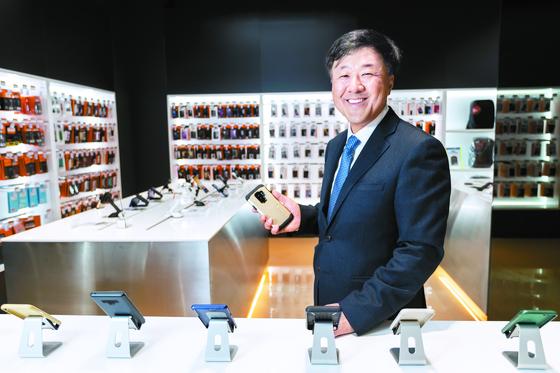 김대영 슈피겐코리아 대표는 제품 개발에 적극적으로 참여한다. 서울 삼성동 본사 지하 매장의 진열대에 선 김 대표.