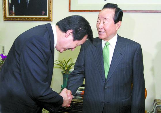 김영삼 전 대통령이 2010년 5월 10일 서울 상도동 자택에서 한나라당 김무성 원내대표의 예방을 받고 인사하고 있다. [중앙포토]