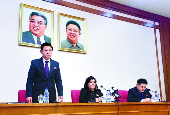 """최선희 북한 외무성 부상(가운데)이 15일 평양에서 긴급 기자회견을 열고 '미국이 황금 같은 기회를 날려 버렸다""""고 비난했다. [AP=연합뉴스]"""