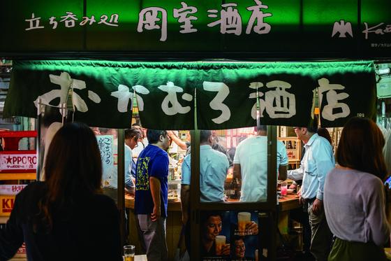 선술집이란 문자 그대로 서서 마시는 집이다. 일본 오사카에는 서서 마시는 술집이 정말 많다. 싸고 푸짐하고 정겹다. [사진 모비딕북스]