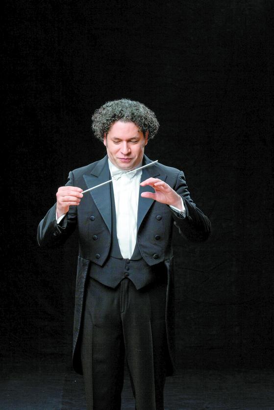 LA필하모닉 100주년 기념투어를 위해 내한한 구스타보 두다멜. 존 윌리엄스의 영화음악 시리즈 등 다채로운 음악을 들려준다. [사진 마크 하나우어]