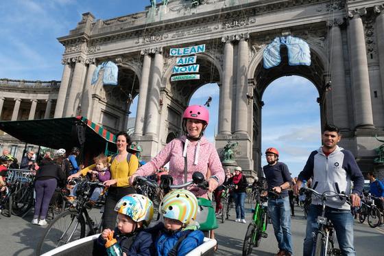 지난해 10월 8일 벨기에 브뤼셀에서 그린피스 활동가와 시민들이 대기오염 개선을 촉구하는 퍼포먼스를 펼치고 있다. [그린피스 제공]