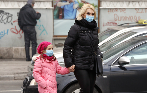 보스니아-헤르체고비나의 사라예보에서 대기오염으로 인해 시민들이 마스크를 쓰고 있다. [EPA]