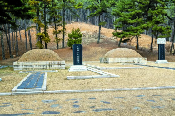 충남 부여 능산리 의자왕과 태자 부여융의 가묘. 오른쪽이 의자왕 묘다.
