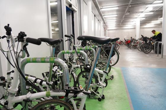 브뤼셀시 환경국 주차장에 직원들을 위한 공유 자전거가 비치돼 있다. 천권필 기자.