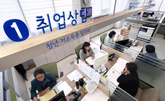 서울시내의 한 일자리센터에서 구직자들이 취업 상담을 받는 모습. [연합뉴스]