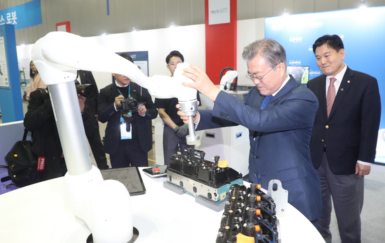 문재인 대통령이 22일 대구를 방문해 현대로보틱스에서 로봇을 시연하고 있다. [연합뉴스]