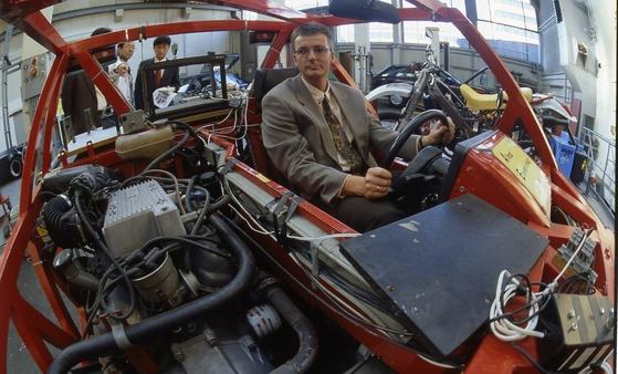 독일의 경쟁력은 탄탄한 경제에서 나온다. 아헨공대 부설 자동차공학 연구소의 새 엔진 개발 장면. [중앙포토]