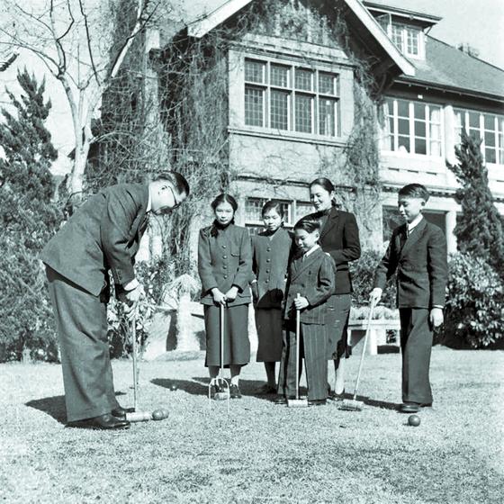부인과 함께 자녀들과 소일하는 우궈쩐. 1948년 봄, 상하이 시장 관저. [사진 김명호]