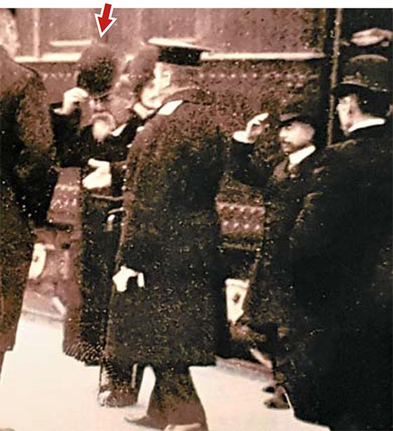거사 직전 장면, 열차에서 내린 이토 히로부미(화살표)가 모자를 벗어 인사하고 있다. 그의 오른편은 러시아 코코프체프 (군복 차림 뒷모습)