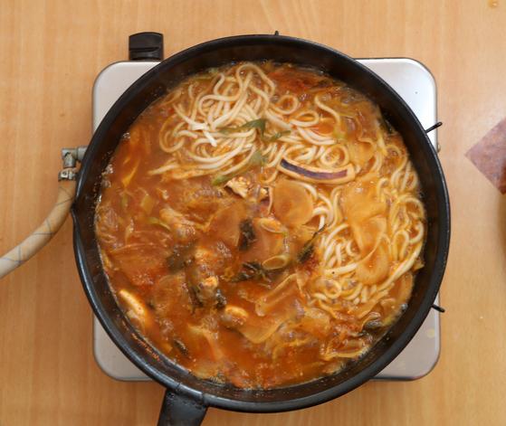 소나무집 오징어찌개는 끓일 때 식탁에 올라온 유일한 반찬인 시큼한 총각김치 무를 얇게 썬 것을 함께 넣는다. 이 찌개는 그냥 먹으면 술안주고 칼국수 면을 넣으면 식사대용이 된다. 신인섭 기자