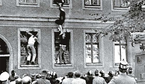 베를린의 동서독 접경지역의 건물은 동베를린 구역에 속하지만 건물 앞 보도는 서베를린에 속하는 경우도 있었다. 1960년대 베르나워 거리 주택을 통해 탈출하는 동독인들. 서베를린 주민들이 도움을 주기 위해 모였다. [사진 서해문집]