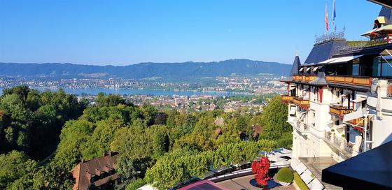 스위스 취리히의 '더 돌더 그랜드 호텔' 테라스 전망. 취리히 시내가 훤히 내려다보인다. [사진 서현정]