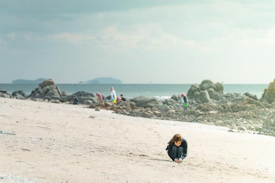 주인공 혜자는 영종도 선녀바위 해변에서 시간을 되돌리는 시계를 줍는다. [사진 JTBC '눈이 부시게']