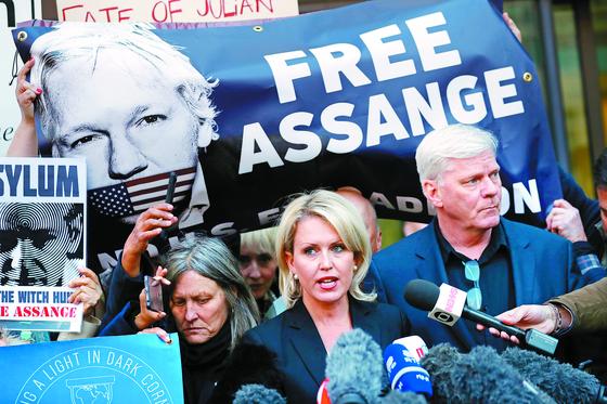 지난 11일(현지시간) 영국 런던에서 줄리안 어산지의 변호사인 제니퍼 로빈슨(가운데)이 어산지 석방을 촉구하고 있다. [AP=연합뉴스]