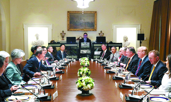 문재인 대통령과 도널드 트럼프 미국 대통령이 지난 11일(현지시간) 백악관 캐비닛룸에서 양국 주요 참모들이 참석한 가운데 업무 오찬을 겸한 확대 정상회담을 하고 있다. [강정현 기자]