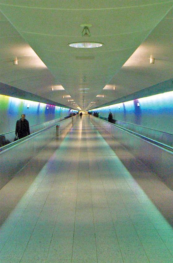 독일 프랑크푸르트 국제공항 무빙워크. 사진으로보면 모든 점이 모이는 곳이 소실점이다. [AP=연합뉴스]