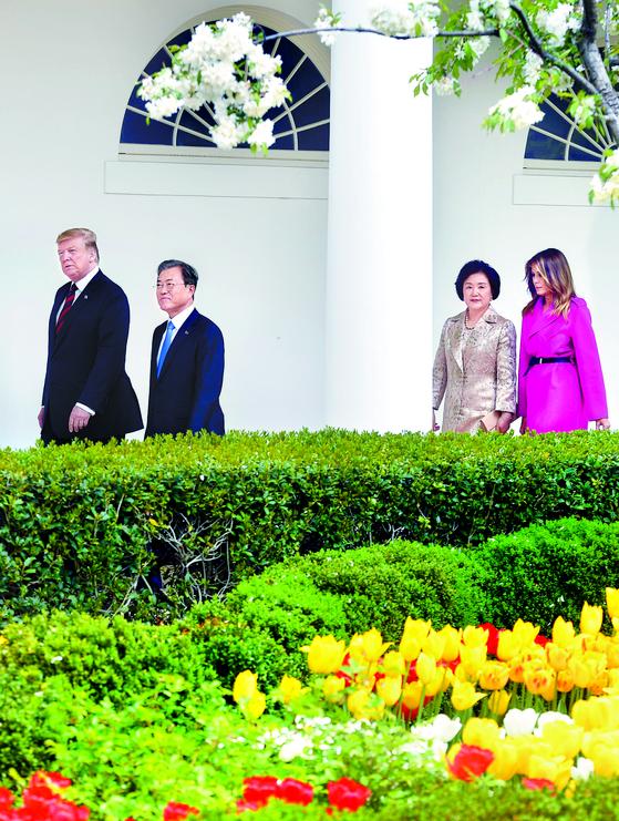 문재인 대통령과 도널드 트럼프 미국 대통령 부부가 지난 11일(현지시간) 백악관 로즈가든을 걸으며 얘기를 나누고 있다. [연합뉴스]