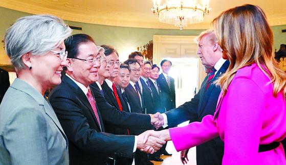트럼프 대통령 부부가 지난 11일 한국 측 수행원들과 악수하고 있다. [강정현 기자]