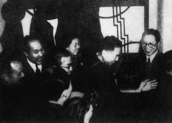 중공 대표단 주최 만찬에 참석한 국민당 중앙 선전부장 우궈쩐(오른쪽 첫째)을 즐겁게 맞이하는 대표단 단장 저우언라이(오른쪽 둘째). 왼쪽 첫째와 둘째는 훗날 전인대 위원장을 역임한 예젠잉(葉劍英)과 둥비우(董必武). 1946년 1월 7일, 충칭 승리빌딩. [사진 김명호]