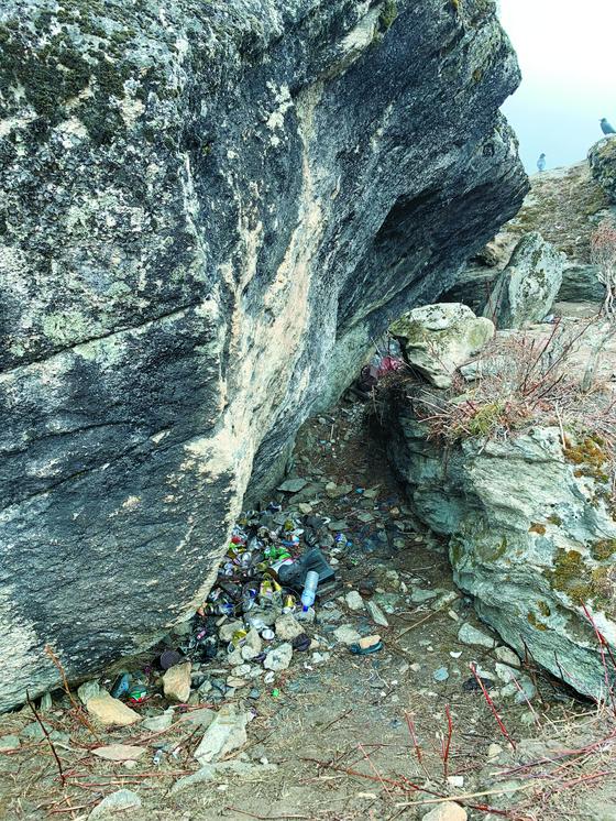 남체의 바위 사이에 방치된 쓰레기. [남체(네팔)=김홍준 기자]