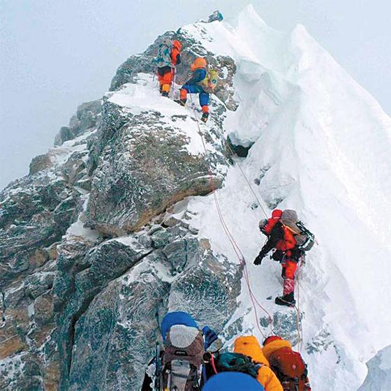 에베레스트 정상 직전 고빗사위인 힐러리 스텝을 오르는 등반가들. 1953년 에베레스트를 초등한 에드먼드 힐러리의 이름에서 따왔다. [중앙포토]