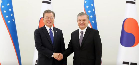 문재인 대통령이 샤브카트 미르지요예프 우즈베키스탄 대통령과 악수하고 있다. [뉴스1]