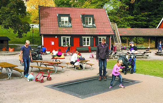 아빠의 육아 분담이 일상화된 스웨덴. 1974년 부모휴가제를 세계 최초로 도입해 정착했다. [사진 추수밭]