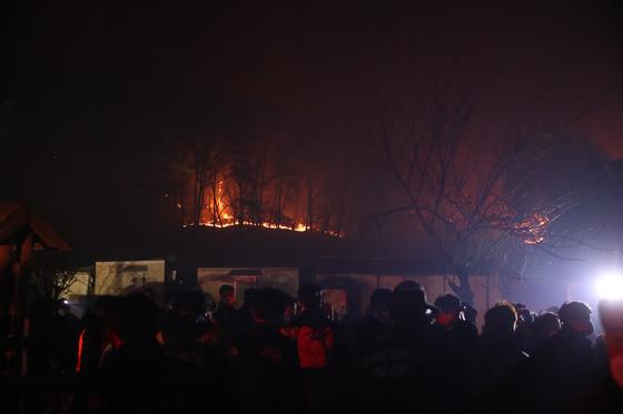 4월 3일 경북 포항시 운제산에서 원인을 알 수 없는 산불이 발생했다. 경찰에서는 사흘 연속 일어난 이 운제산 산불이 자연발화 요인 없이 발생한 점에 비춰 방화로 추정하고 있다. [뉴시스]