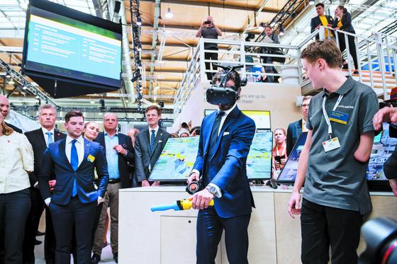 칼 필립 스웨덴 왕자가 지난 1일 하노버산업박람회에서 가상현실 체험을 하고 있다. [EPA=연합뉴스]