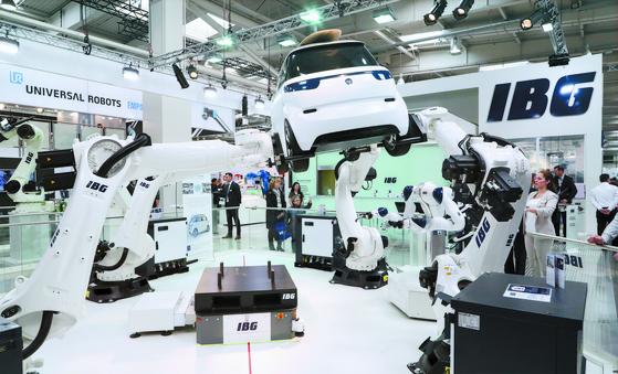 지난 1~5일 독일 하노버 산업박람회장을 찾은 관람객들이 자동차용 로봇을 둘러보고 있다. [EPA=연합뉴스]